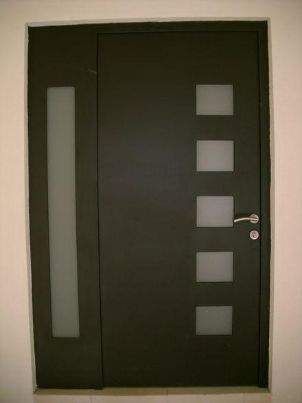Fotos de puerta portones y protectores de forja y for Puertas de madera con herreria