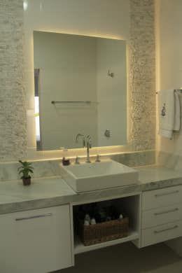 Baños de estilo por canatelli arquitetura e design https://www.homify.com.mx/libros_de_ideas/2619413/33-ideas-fantasticas-para-revestir-las-paredes-de-tu-casa