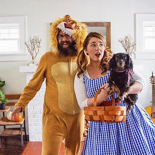 28d63b648 Wizard of Oz Halloween Couples Costume: Dorothy, Toto, and the Cowardly Lion.  | Family costume ideas.