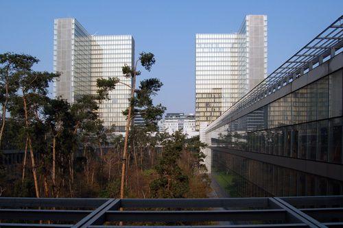 フランス国立図書館(ドミニク・ペロー)は、L字型のガラス張りの高層 ...