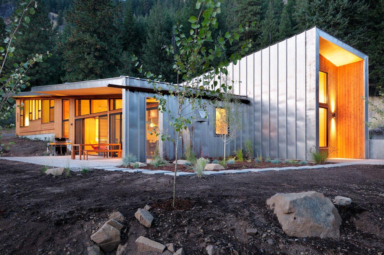 Esse projeto prático de arquitetura objetiva e linhas puras com acabamento especial de extremo bom gosto e criatividade.  Miner's Refuge / Johnston Architects