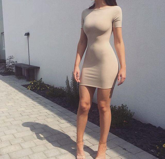 Mujeres con vestidos entallados