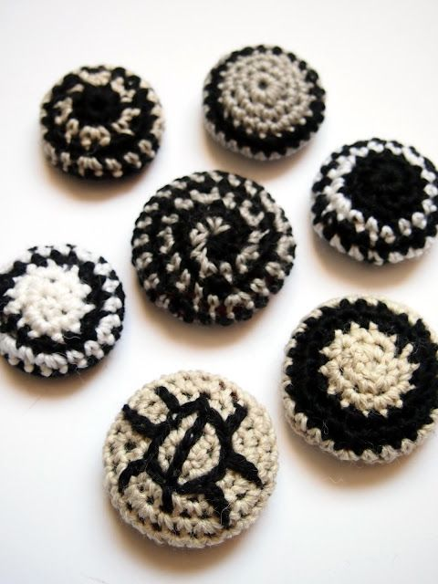 omⒶ KOPPA - grey and black crochet magnets (hva)