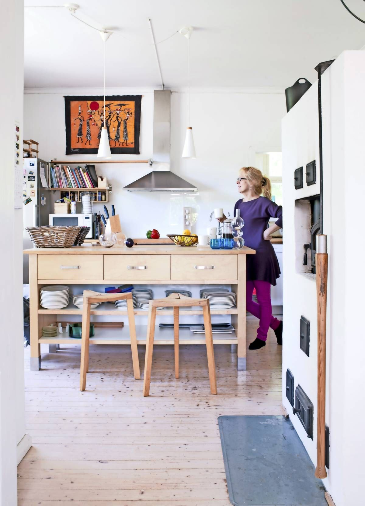 Ikean keittiösaarekkeen ääressä vietetään paljon aikaa yhdessä. Jakkarat ovat Mikko Merzin suunnittelemat ja Petri Koivusipilän valmistamat.