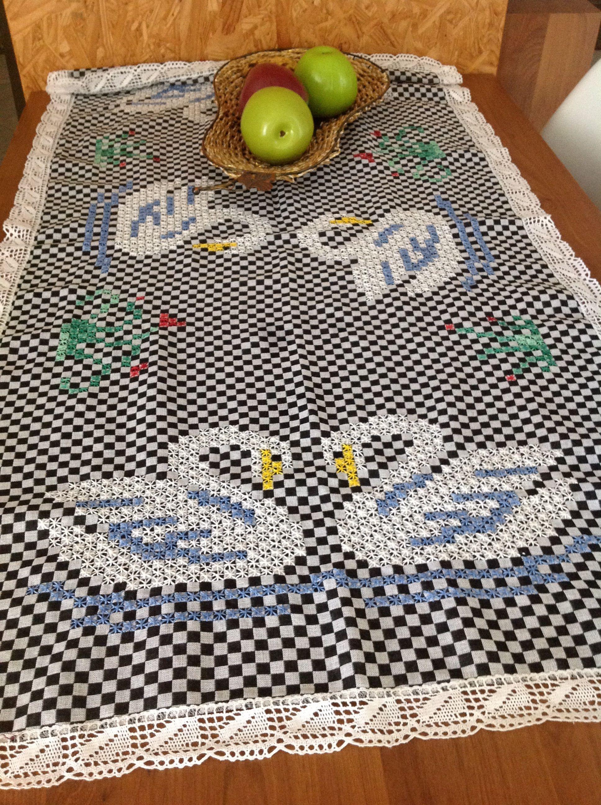 Cisne bordado no tecido xadrez ou não exatamente. Amazing chicken scratch