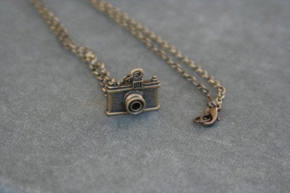 photo op camera necklace antiqued brass von babyjewlz auf Etsy, $10.00