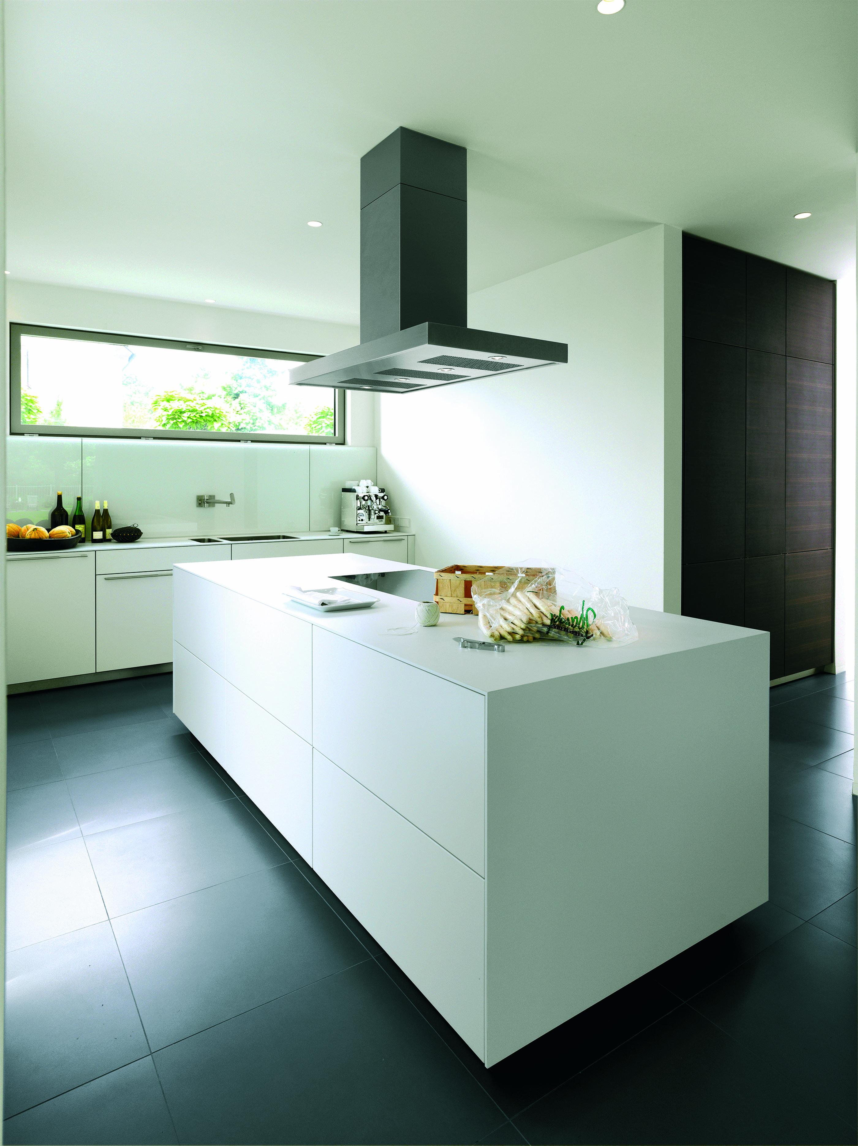Bulthaup B3 Keuken Een Bulthaup Monoblock In Wit Laminaat Met Wangen In Speciale Maten Voor Een Blok Lan Keuken Ontwerp Keukens Keuken Hedendaags