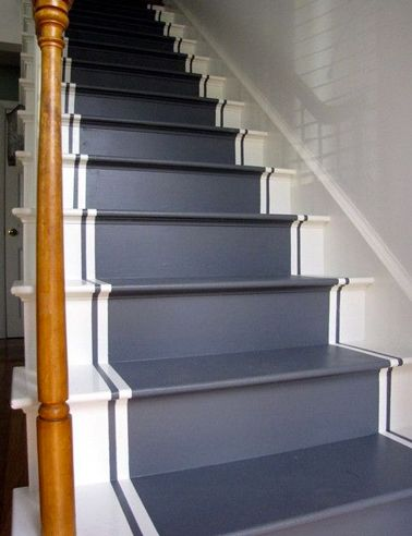 Repeindre escalier en bois classique couleur bleu nuit et blanc - Idee peinture escalier bois ...