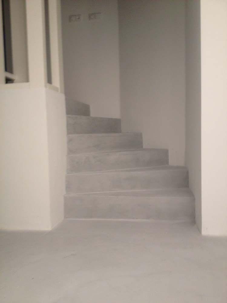 Beroemd Beton cire op onafgewerkte trap. Scheelt weer verven, stofferen of  QJ74