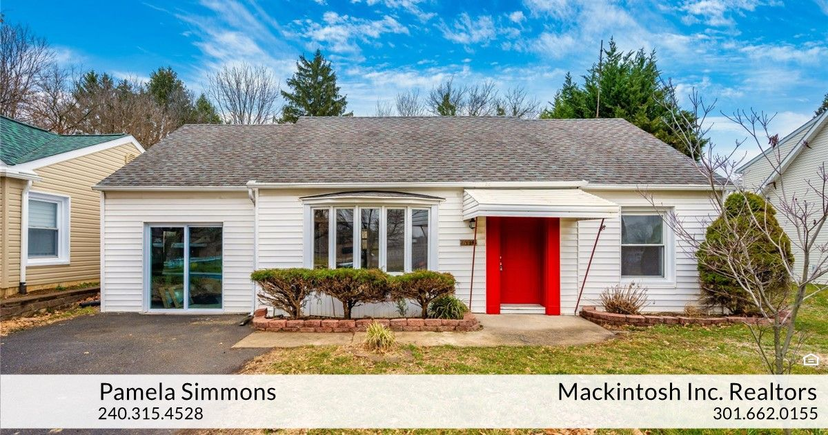 Pamela Simmons Of Mackintosh Inc Realtors Just Listed 610 Northern Avenue Hagerstown Md 21742 Beautifully In 2020 New Washer And Dryer Large Backyard New Carpet