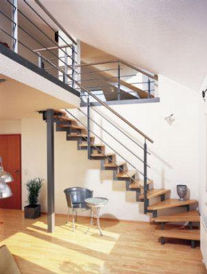 treppe aus stahl holz und edelstahl sie unterstreicht das offene von tageslicht durchflutete. Black Bedroom Furniture Sets. Home Design Ideas