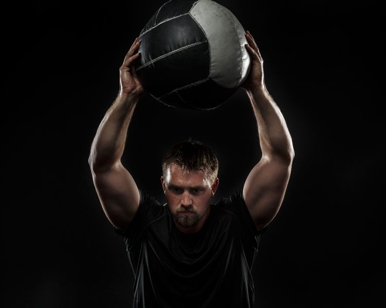 Modernes #Medizinballtraining. Lee Taft erklärt sieben Übungen zur Entwicklung von #Sprungkraft, von Ober- und Unterkörperpower und von #Schnellkraft. http://www.functional-training-magazin.de/modernes-medizinballtraining/