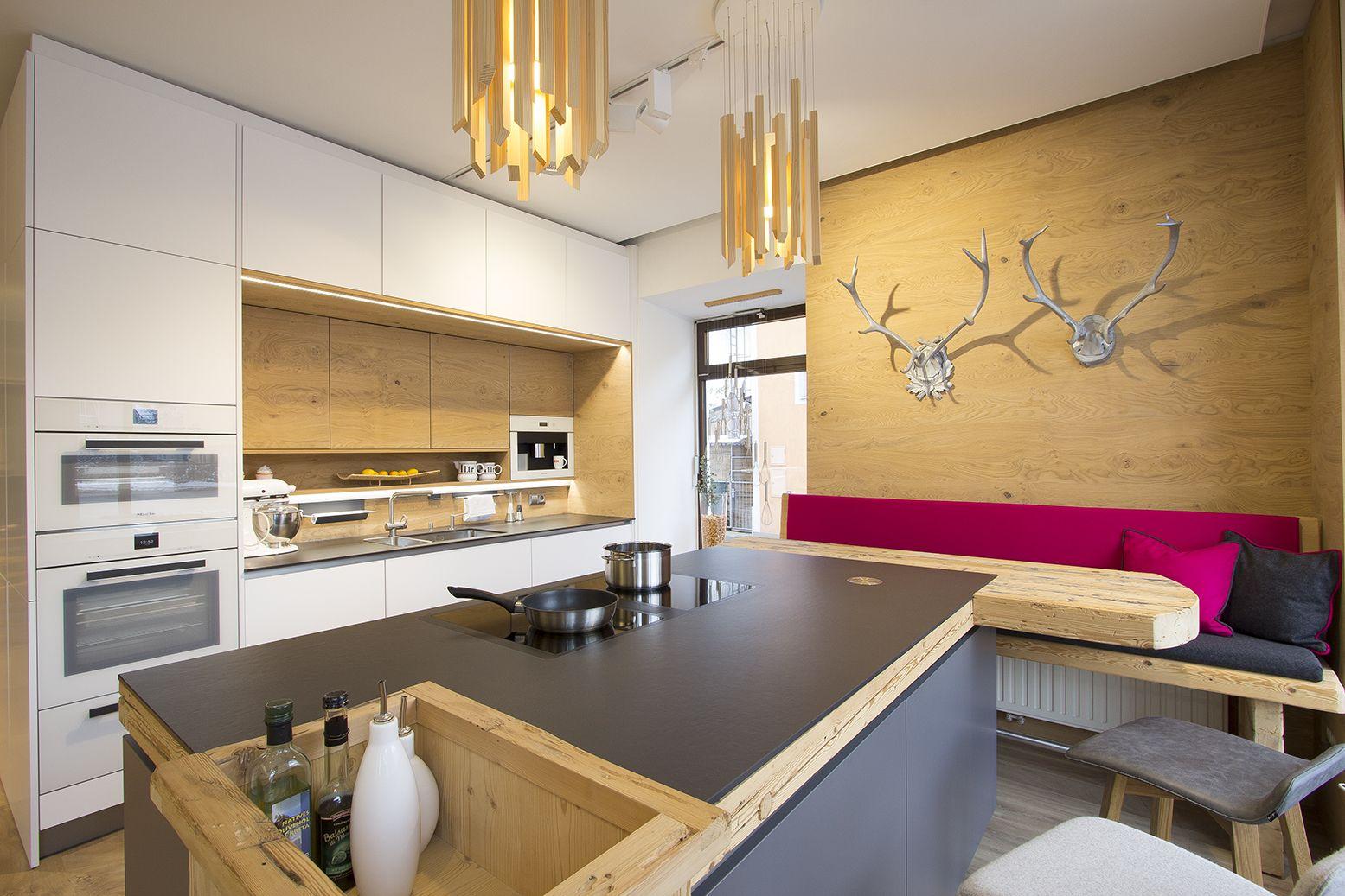 kochinsel in anthrazit kombiniert mit wei keramikarbeitsplatte sitzbank mit altholz und. Black Bedroom Furniture Sets. Home Design Ideas
