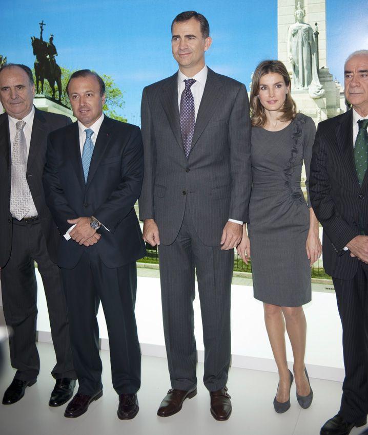 Doña Letizia saca del armario su vestido favorito - La Reina volvió a apostar por combinar su vestido con unos zapatos de ante grises en su visita al World Travel Market de Londres en noviembre de 2011