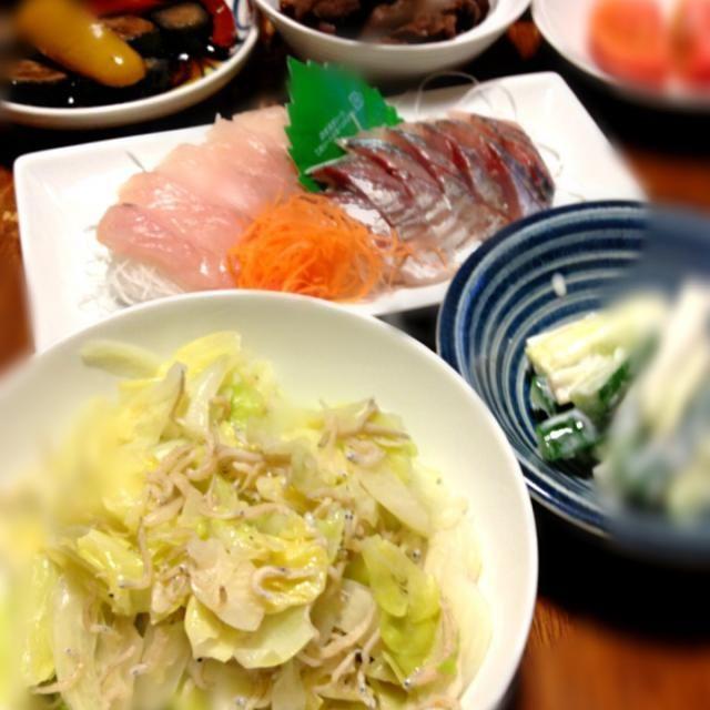 気温が上がると、味付けが濃くなる。今日はしょっぱい日であった orz - 8件のもぐもぐ - キャベツとシラス炒め、セロリと胡瓜ヨーグルトあえ、ホウボウと鯵刺身、夏野菜の揚げ浸し by raku_dar