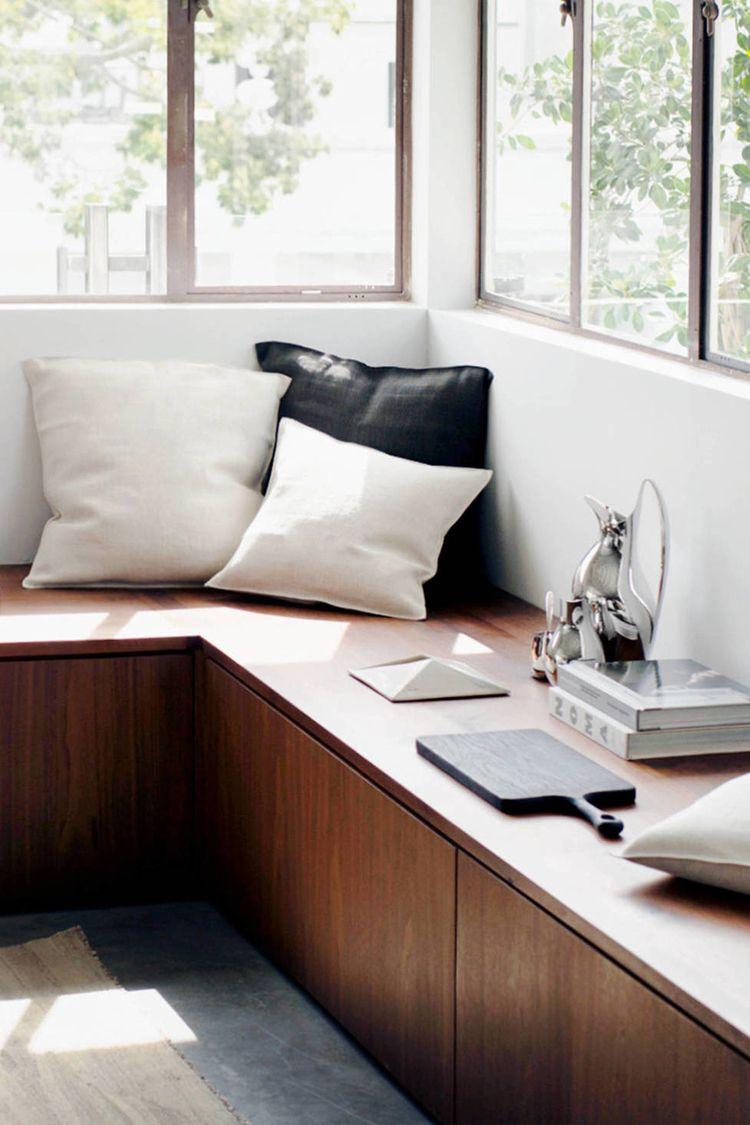 fensterbank zum sitzen mit kissen f r einen hohen komfort beim gem tlichen sitzen styling. Black Bedroom Furniture Sets. Home Design Ideas
