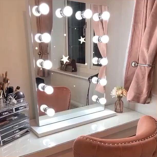 Alicia Hollywood Mirror   Illuminated Make Up Mirror With lights around it