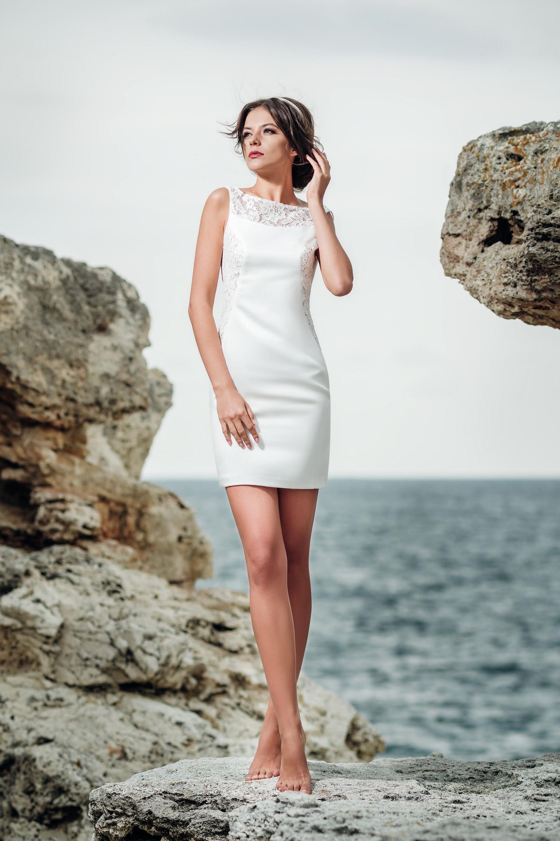 Jednoduché sexi krátke priliehavé svadobné šaty  0e9e874060d
