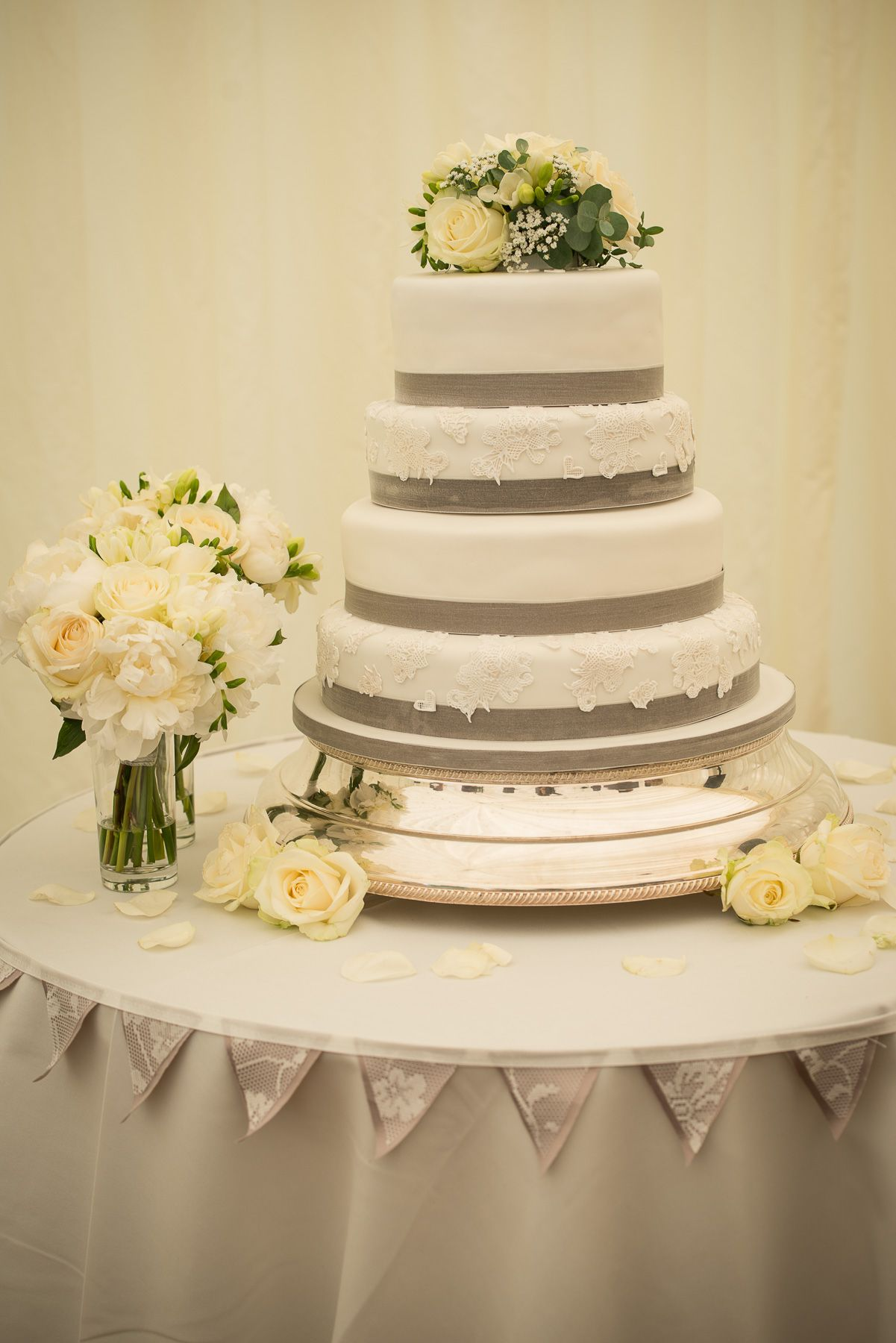 The perfect cake for a silver themed wedding!