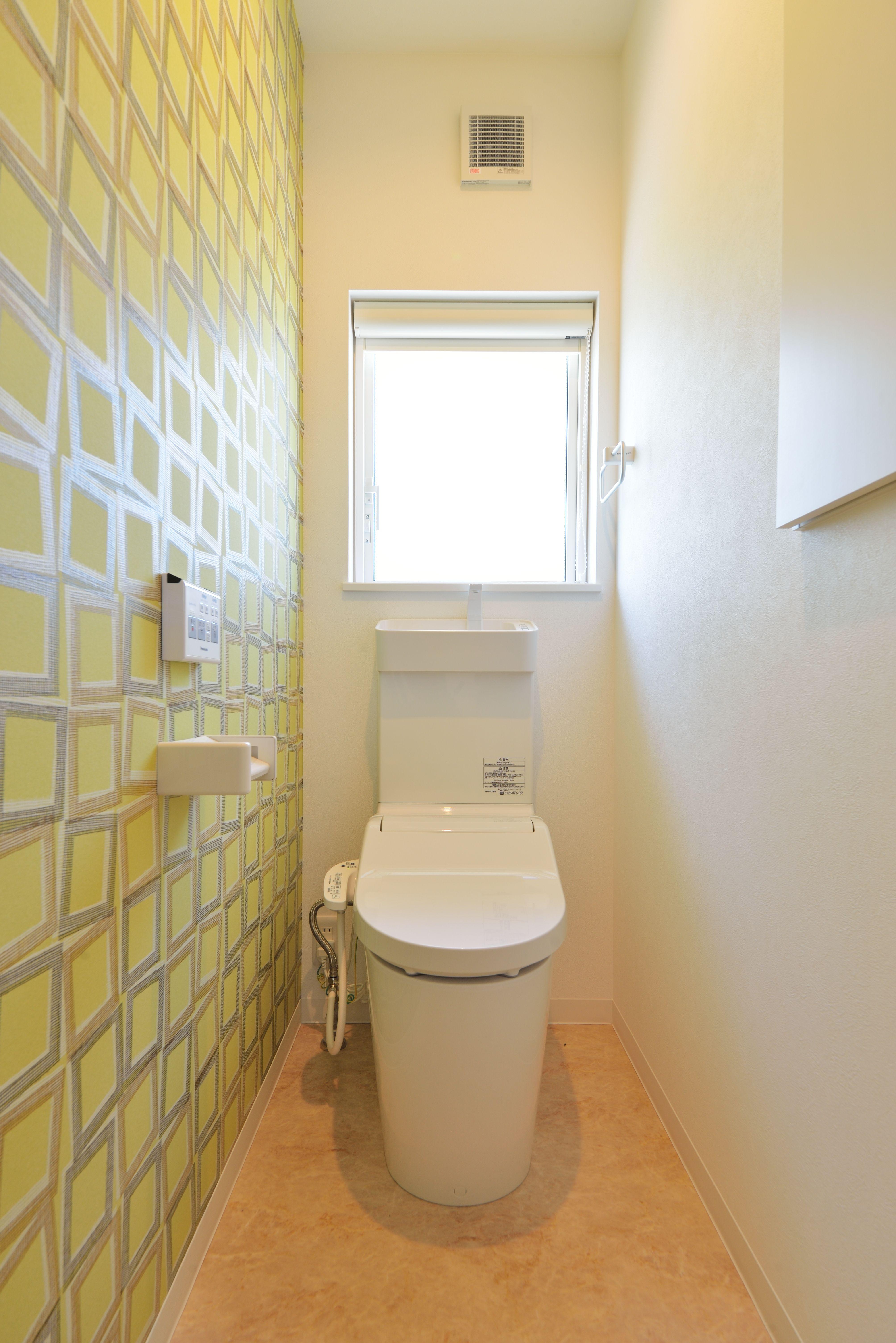 2階トイレ Popな壁紙で明るい雰囲気に トイレ 壁紙 窓 カフェ風