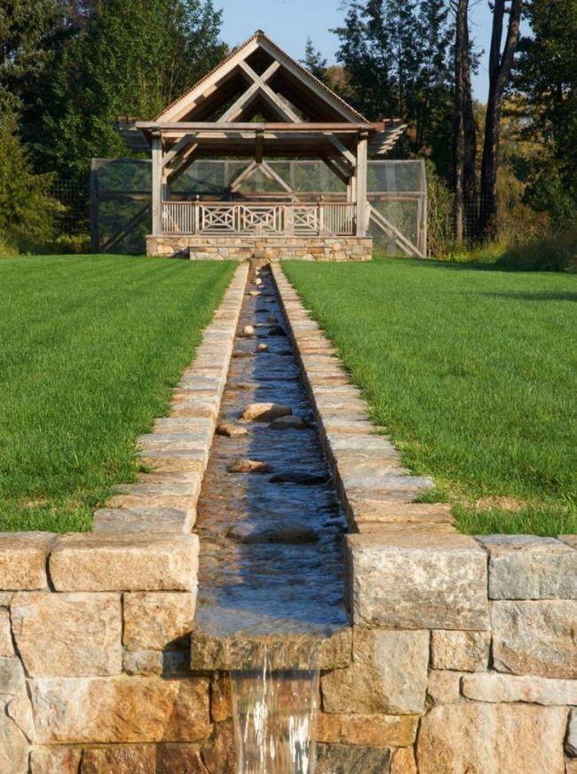 wasser-garten-bachlauf-gartenlaube-naturstein-grüner-rasen - bilder gartenteiche mit bachlauf