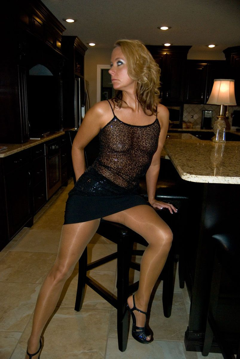 Hot mature lady came for some tan