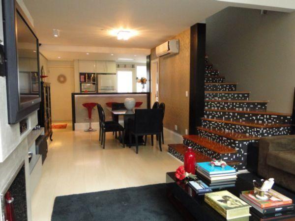 Impecável loft duplex, totalmente mobiliado, com pé direito duplo no living, garagem para 2 carros, localizado em rua calma, plana, ao lado da Praça da Encol! Agende sua visita!