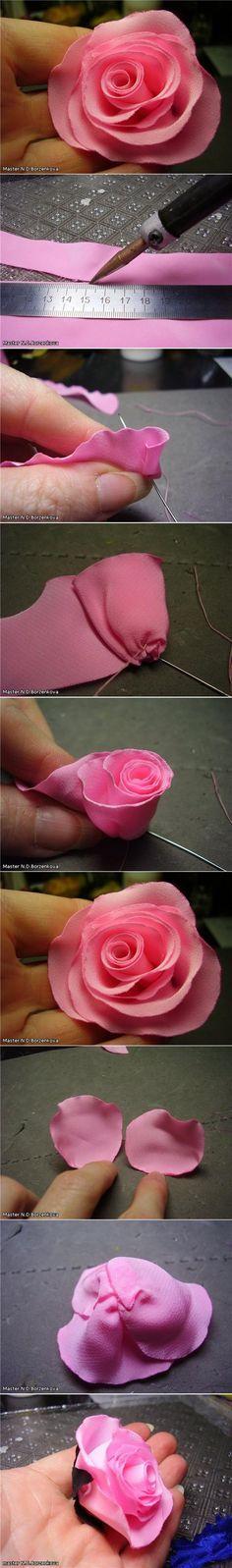 Realizar una rosa con tela, envolviendola en vez de cortar pétalo por pétalo.