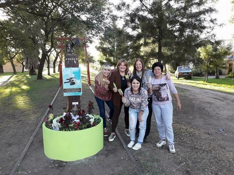 Voluntarios pintaron el Memorial a Chocolate