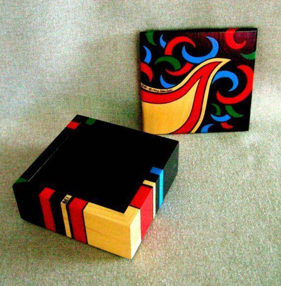 Colorido cuadro pintado para almacenar y organizar tus recuerdos o joyería y decoración de su hogar u oficina. Se trata de una caja de madera de pino natural que han barnizado y pintado, utilizando mi propio diseño único de rojo, azul y verde diseños sobre fondo negro. Un objeto de arte 3-d firmado, numerado y fechado. Regalo único para él o para su cumpleaños, boda, Navidad o regalo de ocasión todos para la persona que lo tiene todo!  Este cuadro de Ishi es el #1, de la serie de Bearclaw…