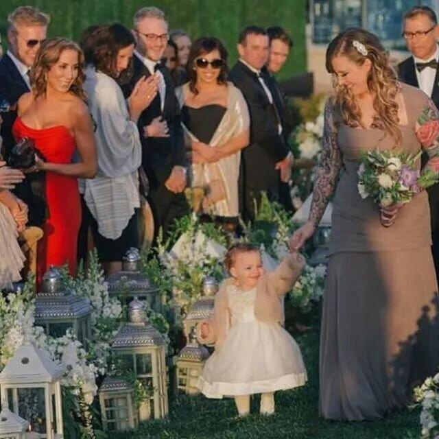 Ava de daminha no casamento do Nick em 2014. Mamãe toda orgulhosa ao lado