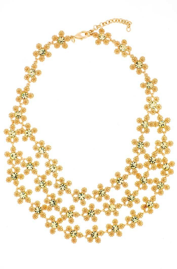 Fabricado com banho a ouro, tem motivos florais e pedras de cristal verde claro.  Ajustável.   Comprimento:40-45 cm.