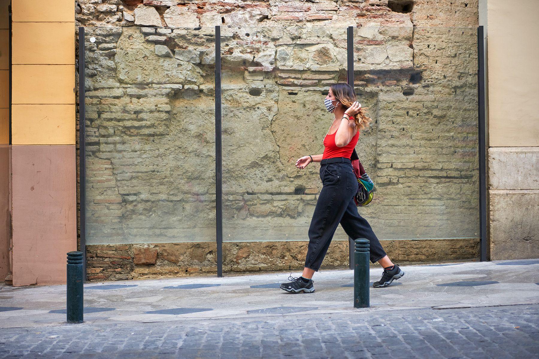 Historias con mascarilla: mujer de rojo y negro