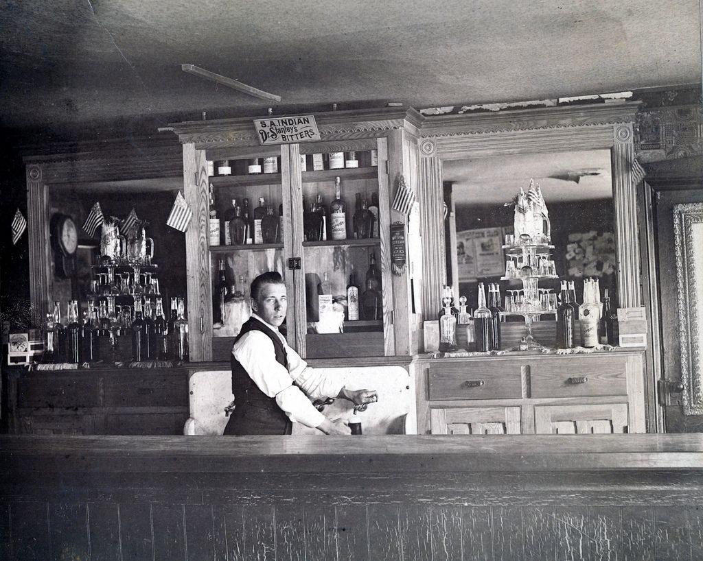Bartender | Bartenders photography, Cocktails history ...