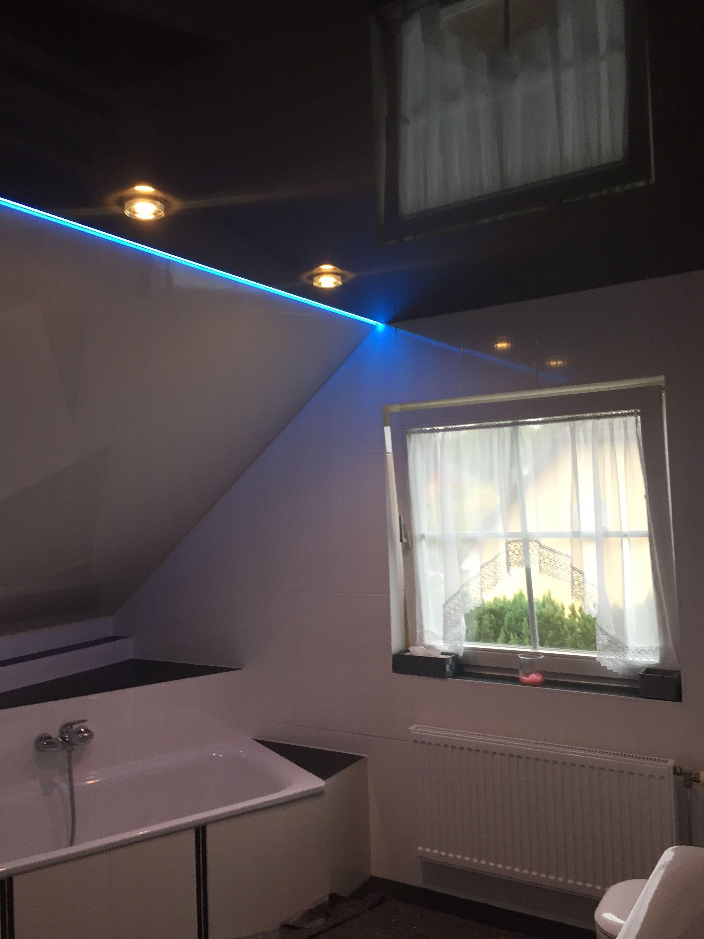 Kombination Von Weisser Und Anthrazit Farbene Spanndecken Mit Rgb Lichtband Moderne Deckengestaltung Lichtband Und Spanndecken