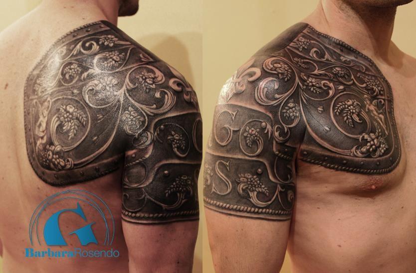 une armure sur épaule et muscle pectoral signée barbara rosendo