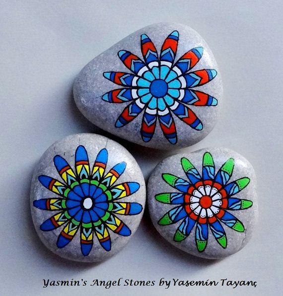 hand painted stone set of three flower mandalas steine pinterest steine steine bemalen. Black Bedroom Furniture Sets. Home Design Ideas