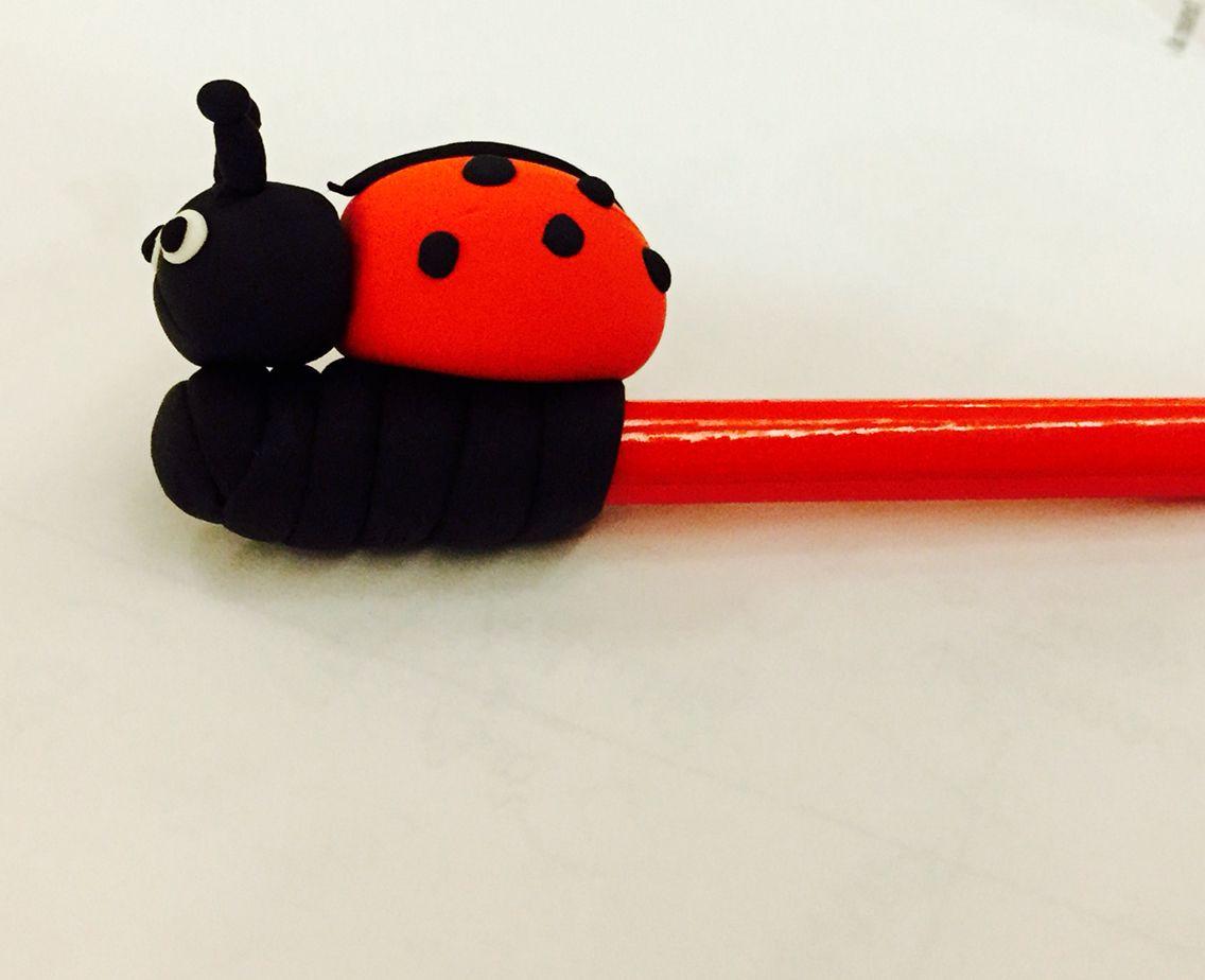 """Joaninha na ponta de um lápis. Joaninha feita com plasticina """"jumping"""""""