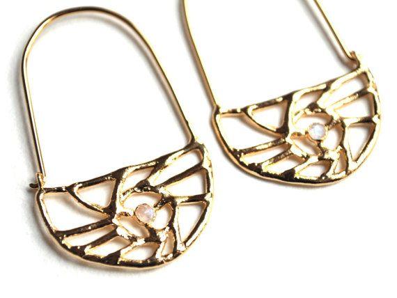 Boucles d'Oreilles Pendantes Mini Croissant de Lune. Pendentif Doré à l'Or Fin et Pierre de Lune Sertie. Boucles d'Oreilles La Nuit