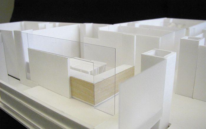 大阪府吹田市のOクリニック 白と木目とガラスですっきりとした清潔感のある内装 模型