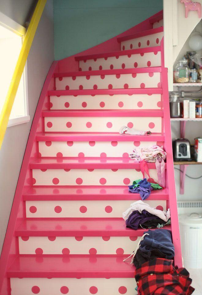Escalier personnalisé avec du papier peint à pois rose, vous le trouverez chez fenducci.fr