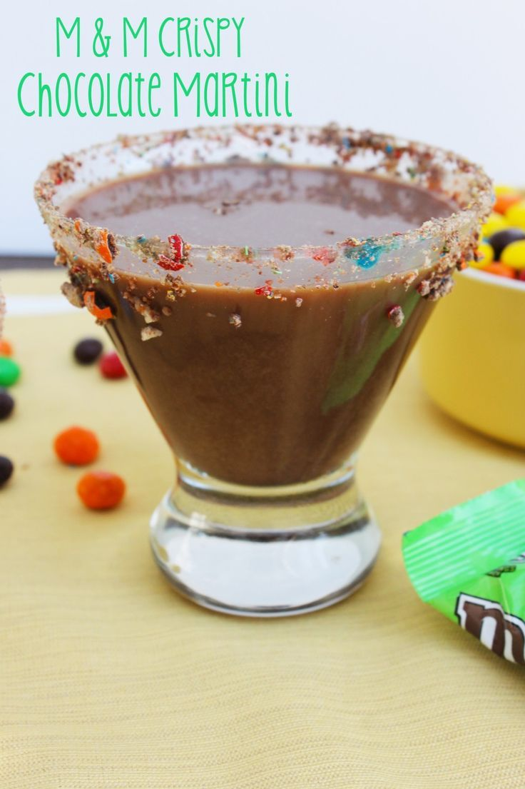 How delicious does this M&M's® Crispy Chocolate Martini look? It's the perfect dessert cocktail, and I can't wait to try this drink recipe out for myself!  #CrispyComeback #AD