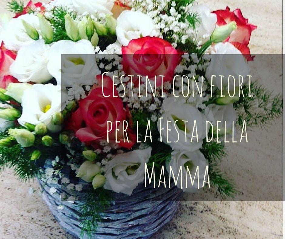 I cestini di fiori sono un regalo molto gradito sia per la loro bellezza sia per la loro praticità, non richiedendo l'inserimento in vasi di forme e dimensioni che a volte non sono disponibili in casa e sono ideali per la Festa della Mamma.