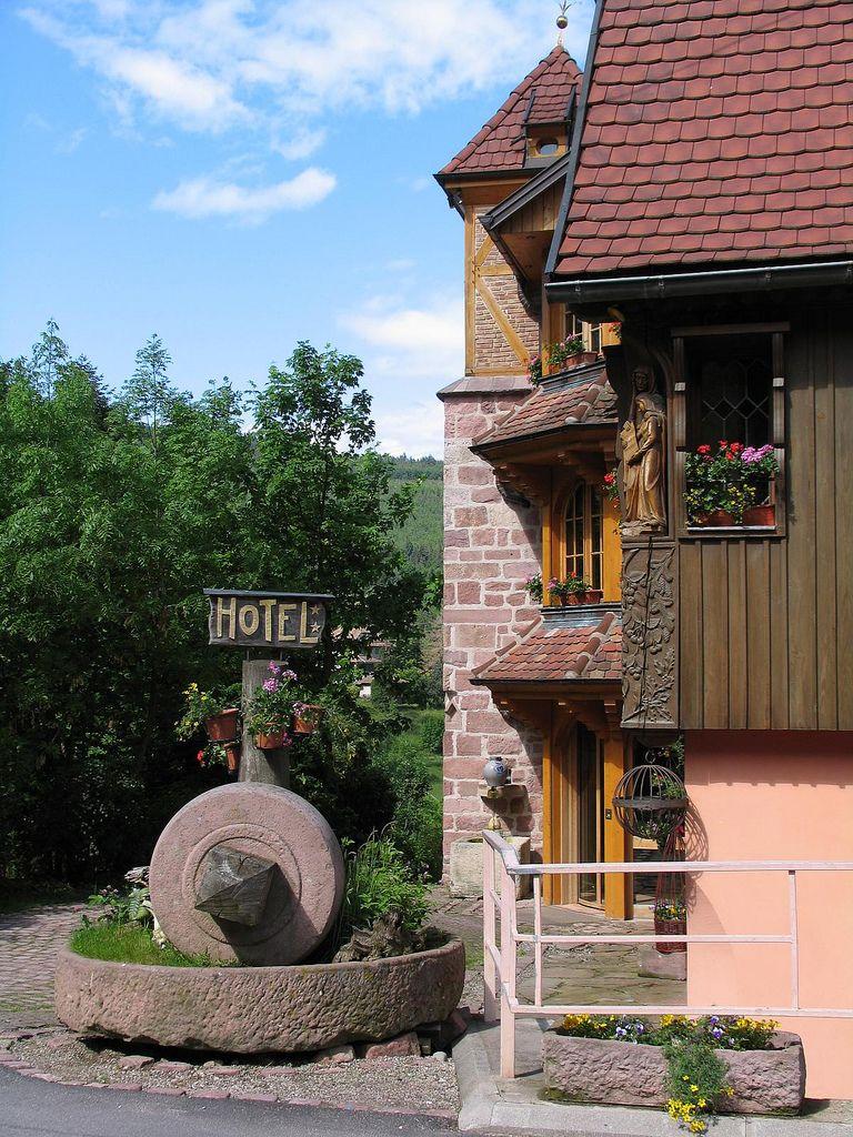 Auberge Meuniere Thannenkirch tout der namensgebende muehlstein   landscape designs