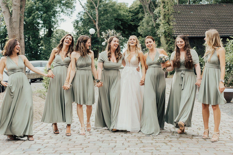 Brautjungfern in pastellgrünen Kleidern in 17  Brautjungfern