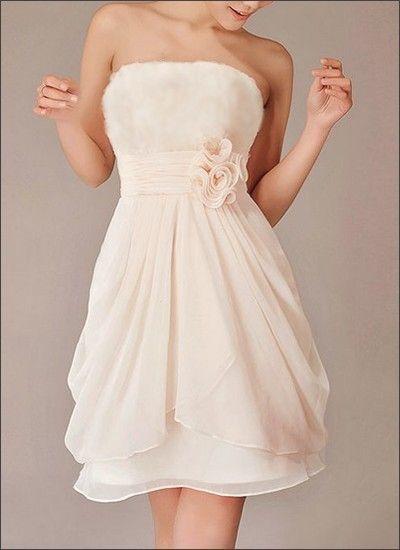 Kurzes Chiffon Brautkleid mit Korsage und Stoffblüen. Das Brautkleid ...