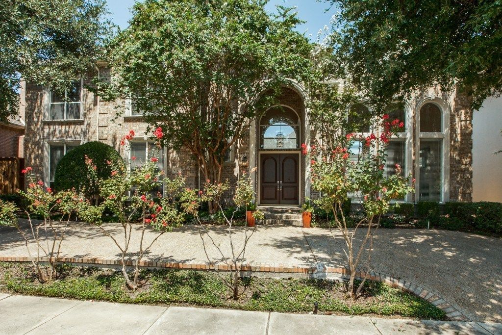 Oaktree Estate Home at 5127 Lincolnshire Court in Dallas, Texas. #mynewhome #contemporarystyle #ebbyppp