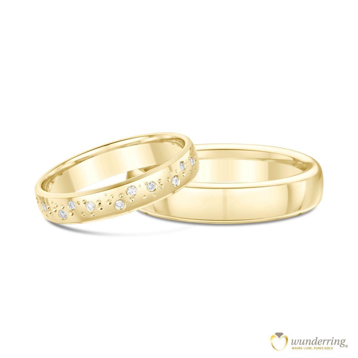 Eheringe Gold mit Diamanten Misool. Die Diamanten verlaufen verspielt um den Ring. Jetzt als Muster testen! #Trauringe #Schmuck #Ringe #Gold #Hochzeit