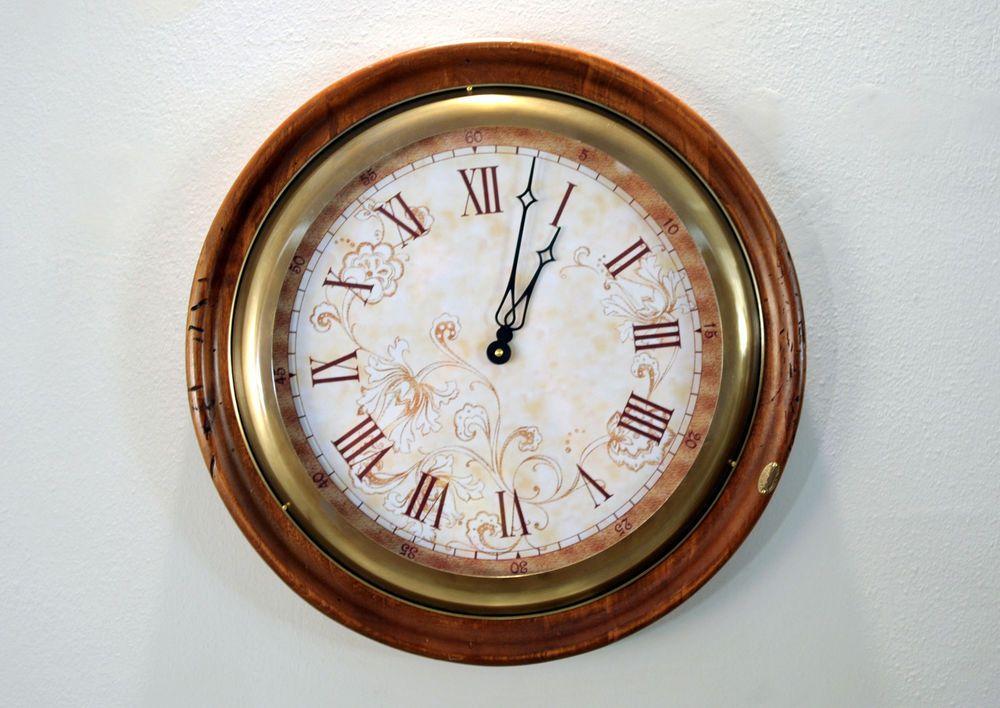 Orologio da parete in legno artigianale numeri romani muro for Foto orologio da parete