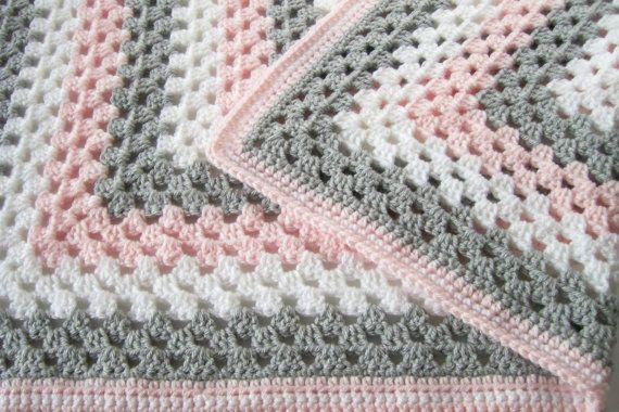 Niña afgana, rosa gris y blanca manta del bebé, la abuela Plaza afgano, manta del bebé del ganchillo Este bebé niña Afgana está hecho con hilo acrílico premium y es perfectamente suave! Los colores son blanco, gris y rosa suave. El patrón es una gran abuela cuadrado y sería perfecto para la cuna, el cochecito o en cualquier momento! Mide aproximadamente 3030. * Atención: Lave en agua fría y secar a fuego lento para obtener mejores resultados. * Por favor, hágamelo saber si usted quisiera ...